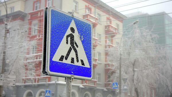 Знак пешеходный переход. Архивное фото