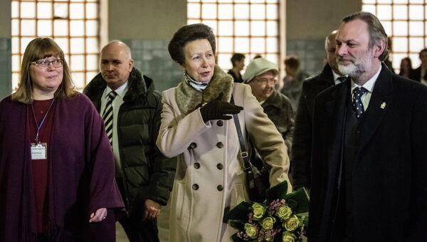 Британская принцесса Анна во время посещения Московского ипподрома побывала на занятиях по иппотерапии. Справа - посол Великобритании в России Тим Барроу, слева - руководитель центра Живая нить Ирина Терентьева