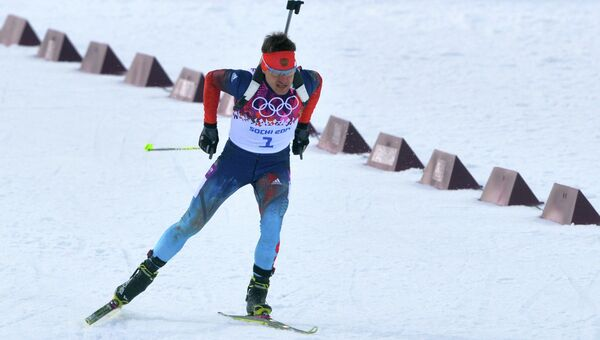 Евгений Гараничев (Россия) на дистанции индивидуальной гонки в соревнованиях по биатлону