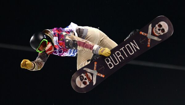 Шон Уайт (США) в финале хаф-пайпа на соревнованиях по сноуборду