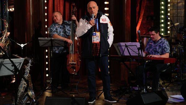 Телеведущий Владимир Позднер выступает в корпоративном доме Боско