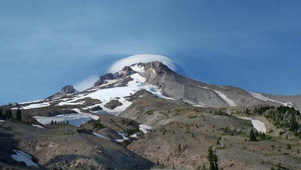 Вулкан Маунт-Худ в Скалистых горах Орегона (США), архивное фото