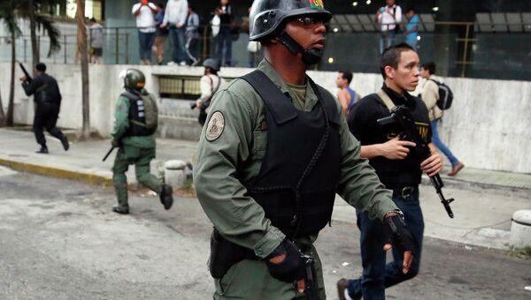Гвардейцы Национальной Гвардии Венесуэлы после захвата здания оппозиционного движения Народная воля. Фото с места событий