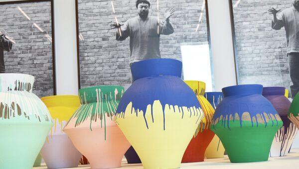 Вазы известного китайского художника и архитектора Ай Вэйвэя на выставке, проходящей в Майами в музее Perez Art Museum. Фото с места событий