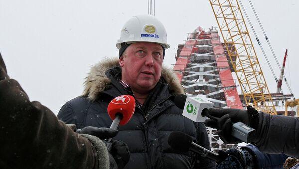 Директор мостотряда №38 ОАО Сибмост Сергей Соколов во время выездного совещания на площадке строящегося Бургинского моста, фото с места событий