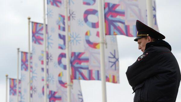 Сотрудник полиции дежурит на одной из улиц Сочи. Архивное фото