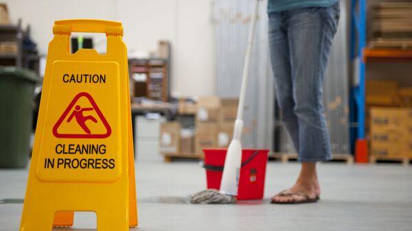 Уборщица моет пол. Архивное фото