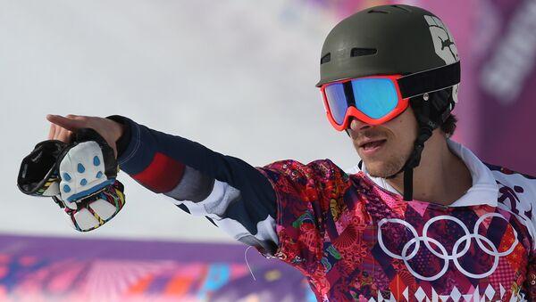 Вик Уайлд (Россия), завоевавший золотую медаль  после окончания финала параллельного слалома. Фото с места события