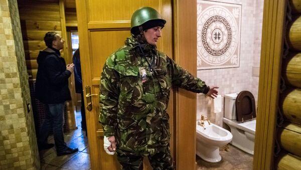 Сторонники оппозиции во внутренних помещениях оставленной резиденции президента Украины Виктора Януковича Межигорье. Архивное фото