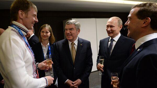 Президент России Владимир Путин (второй справа) перед церемонией закрытия XXII зимних Олимпийских игр в Сочи