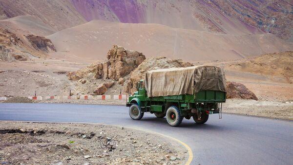 Автомобильная дорога в Индии. Архивное фото.