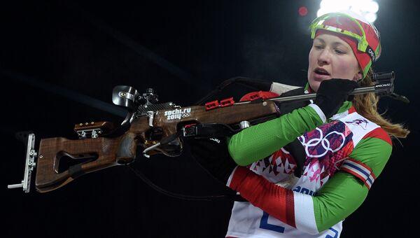 Дарья Домрачева (Белоруссия) на огневом рубеже гонки с масс-старта, архивное фото