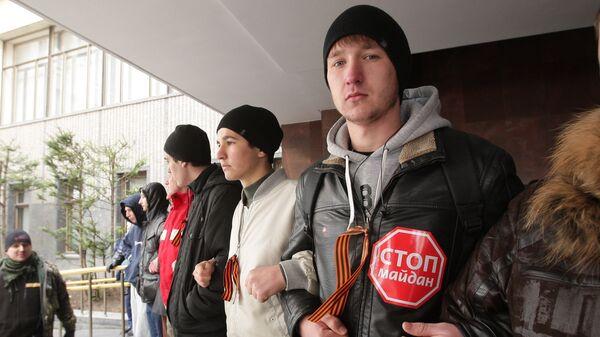 Участники митинга у здания Верховного совета Крыма в Симферополе. Фото с места события
