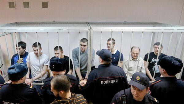 Обвиняемые по делу о беспорядках на Болотной площади 6 мая 2012 года в зале заседаний Замоскворецкого суда Москвы во время оглашения приговора.