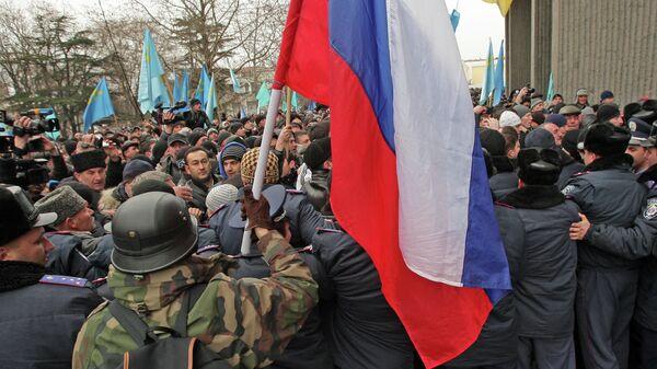 Митинг у здания Верховного совета Крыма. Архивное фото