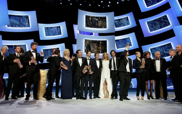 Победители стоят на сцене во время 39-й церемонии вручения наград премии Сезар