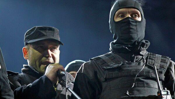 Один из лидеров Правого сектора Дмитрий Ярош (слева) во время митинга на площади Независимости в Киеве
