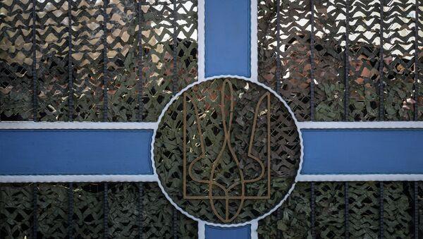 Украинские военнослужащие за воротами военной части в Севастополе