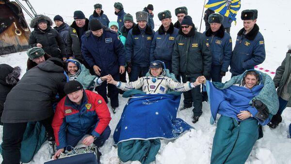 Космонавты корабля Союз ТМА-10М после посадки в казахстанской степи