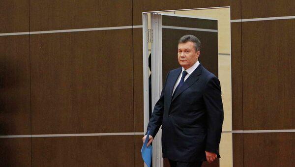 Виктор Янукович заходит в конференц-зал перед обращением в Ростове-на Дону