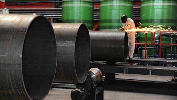 Рабочий Челябинского трубопрокатного завода в цехе по производству труб, архивное фото