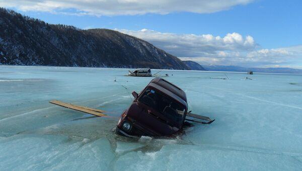 Архивное фото провалившегося под лед автомобиля