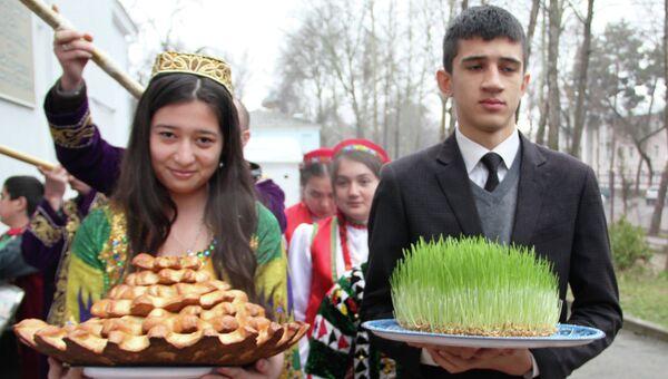 Праздник Навруз в российской школе в Душанбе. Архивное фото