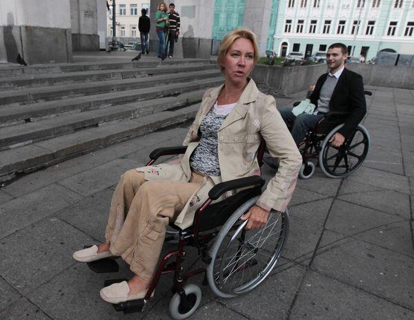 Даже с помощью матери Андрей Сычев не может попасть в магазин