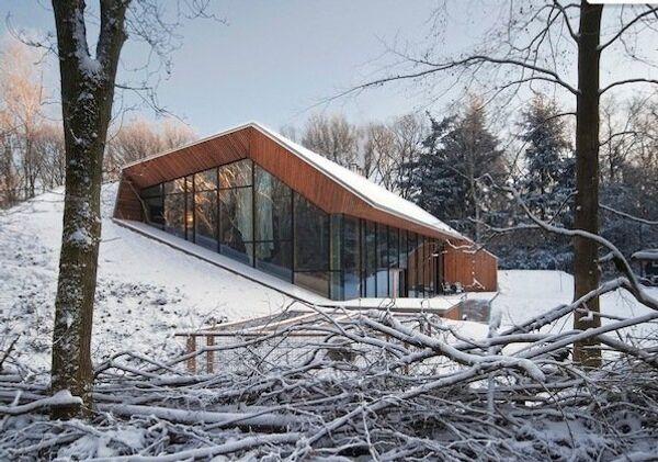 Дом, «вырастающий» из снежного холма