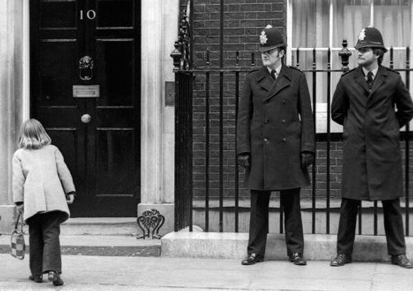 Охранники стоят около дверей резиденции премьер-министров