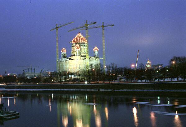 Вид на Храм Христа Спасителя во время его воссоздания Москва-река украшение набережная вечер кран Храм Христа Спасителя