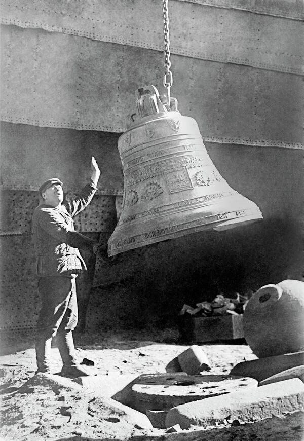 Снятие колоколов с Храма Христа Спасителя