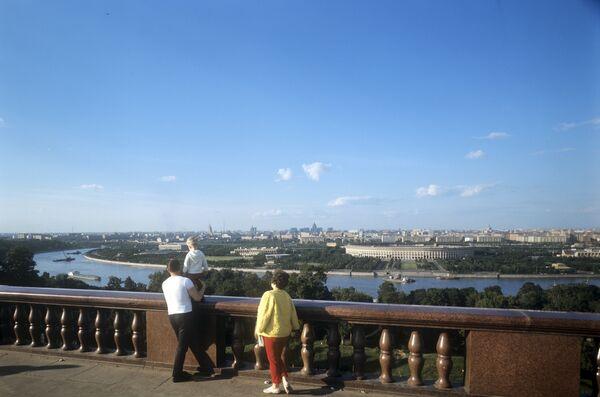 Вид на город Москва со смотровой площадки на Ленинских горах