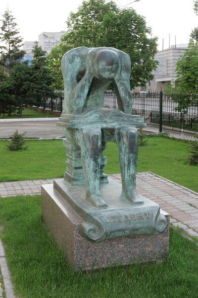 9 самых выразительных памятников студентам в России