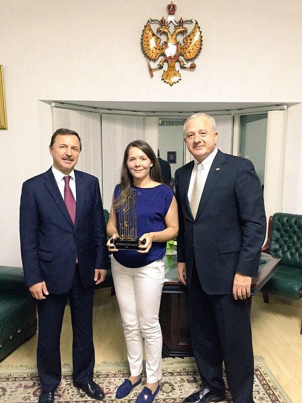 Анастасия Ракова (в центре) с призом Лучший социальный мобильный проект