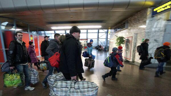 Украинские беженцы на железнодорожном вокзале в Ростове-на-Дону