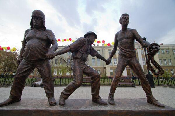 Памятник Трусу, Балбесу, Бывалому и режиссеру Гайдаю открылся в центре Иркутска