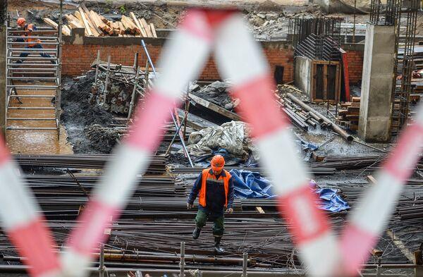 Рабочие на строительной площадке Большой Спортивной Арены Лужники