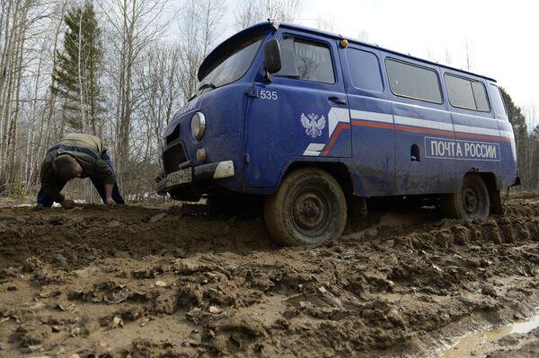 Застрявшая на проселочной дороге машина Почты России