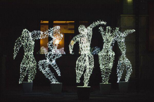 Двор имени Деда Мороза: 10 идей для новогоднего украшения участка загородного дома