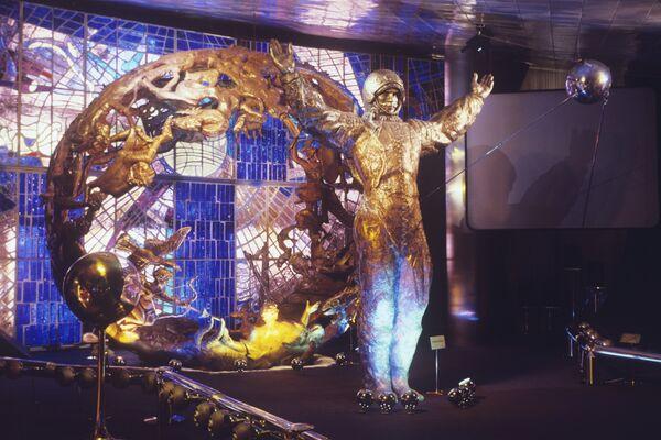 Скульптура Космонавти композиция Космос и знаки Зодиака