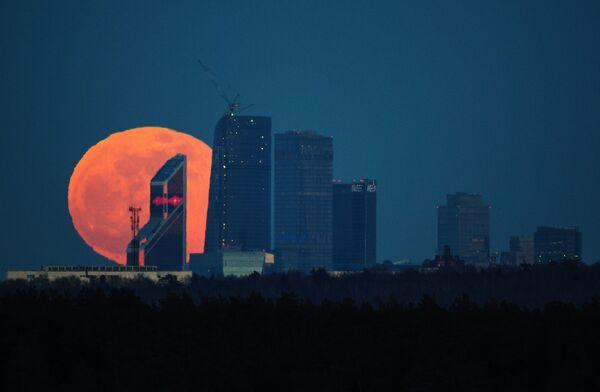 Полнолуние над Московским международным деловым центром Москва-Сити