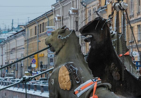 Демонтаж грифонов с Банковского моста в Санкт-Петербурге