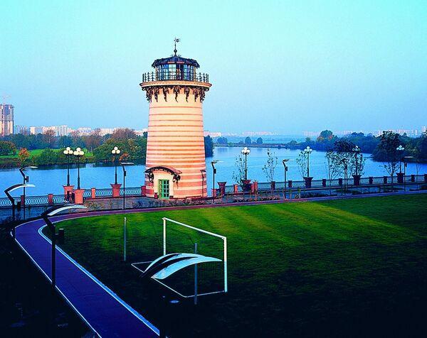 Профессиональное футбольное поле и маяк яхт-клуба в ЖК Алые Паруса