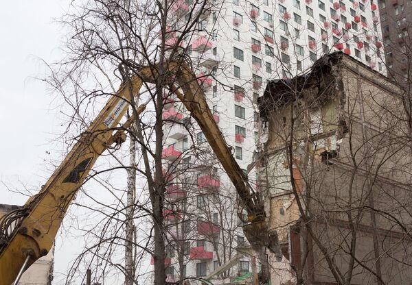 Снос жилого пятиэтажного дома на улице Народного ополчения в Москве