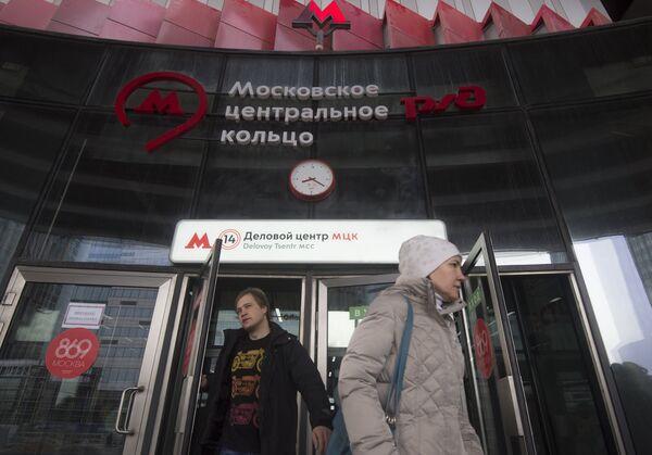Пассажиры на станции Деловой центр Московского центрального кольца в Москве