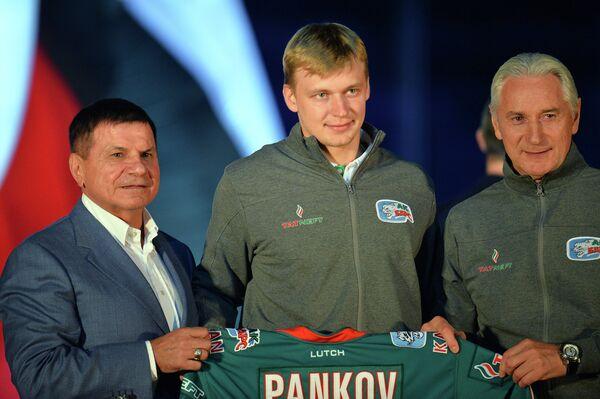 Генеральный менеджер ХК Ак Барс Равиль Шавалеев, нападающий Александр Панков и главный тренер Зинэтула Билялетдинов (слева направо)
