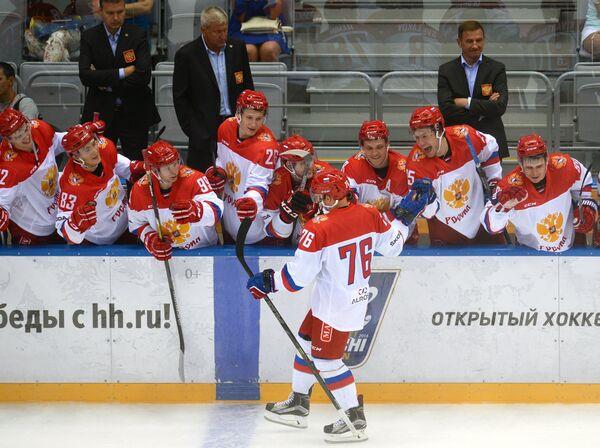 Хоккеисты олимпийской сборной России радуются победе