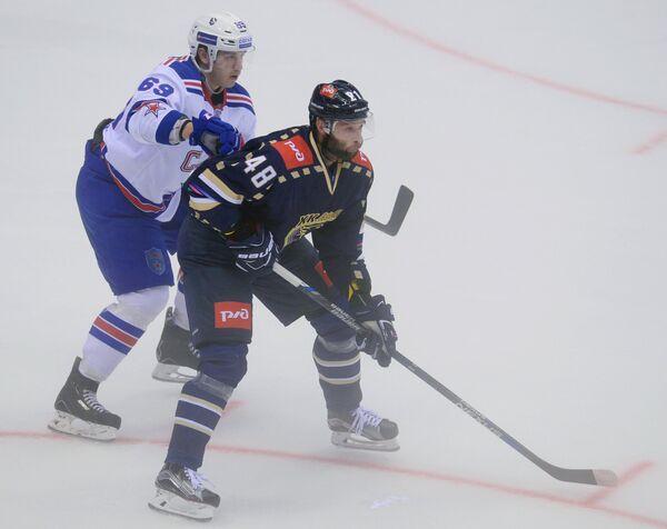 Защитник ХК СКА Денис Александров (слева) и нападающий ХК Сочи Иван Захарчук