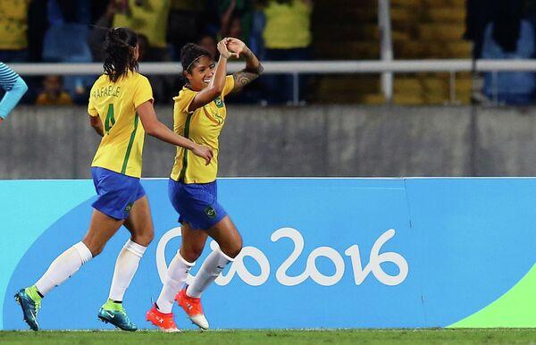 Футболистки сборной Бразилии, справа - Кристиана